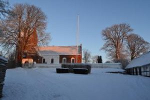 Kirke klædt i sne