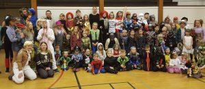 Gruppefoto af alle de udklædte børn.